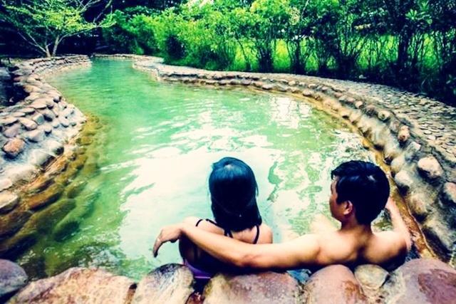 Ngâm mình tại dòng suối nước khoáng nóng Alba Thanh Tân Tour suối nước khoáng Thanh Tân 1 ngày