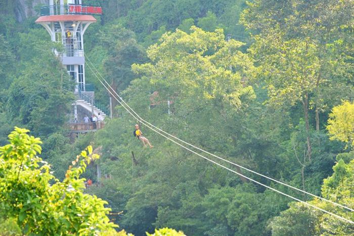 Trò chơi Zipline trên sông Chày Tour Phong Nha - Zipline Sông Chày - Hang Tối